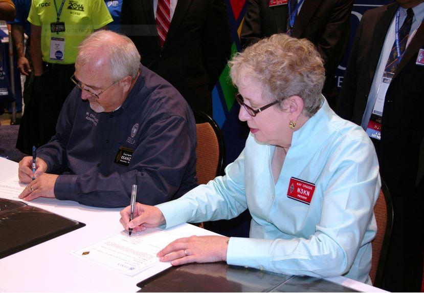 El Director General de FEMA, Craig Fugate (KK4INZ) y la Presidenta de la ARRL, Kay Craigie (N3KN), en el momento de la firma del Memorando